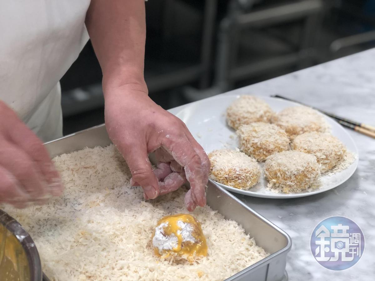 將沾裹蛋液的肉球輕柔滾上日本產粗粒麵包粉。