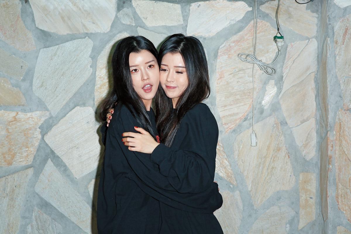 穿一身黑的BY2出席公益活動,呈現招牌連體嬰的狀態,但兩姊妹貼臉貼到走味。