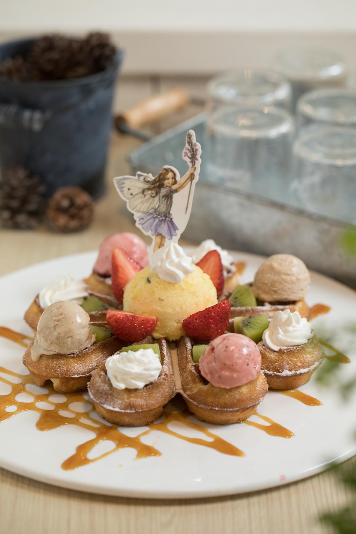搭配麵茶、莓果及百香果等冰淇淋的「小花摩天輪鬆餅餐」,配色好繽紛。(399元/份,含1杯紅茶)