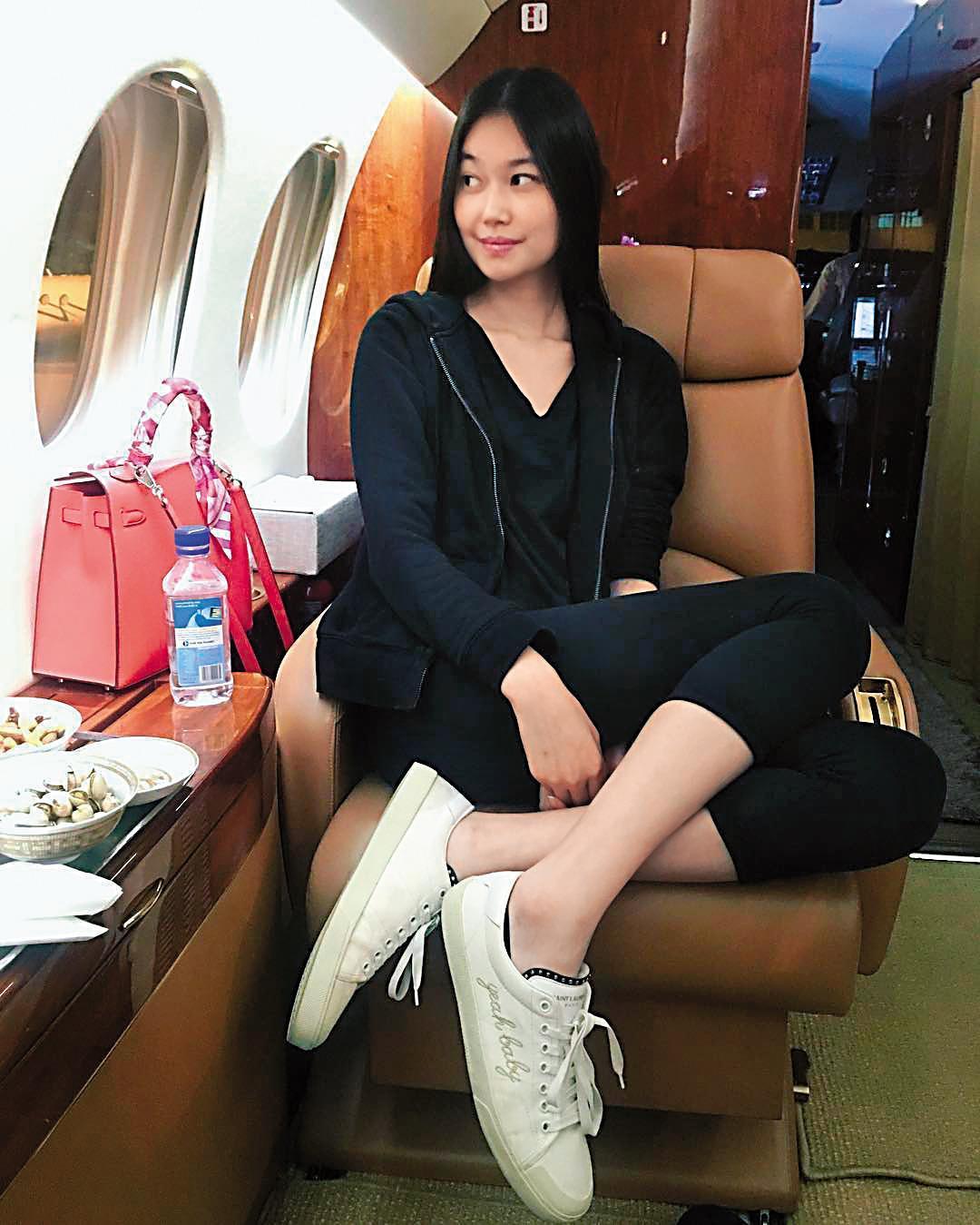 董若彤的原生家庭與母親再婚家庭都環境富裕,她出遊經常搭乘私人飛機。(翻攝自董若彤IG)