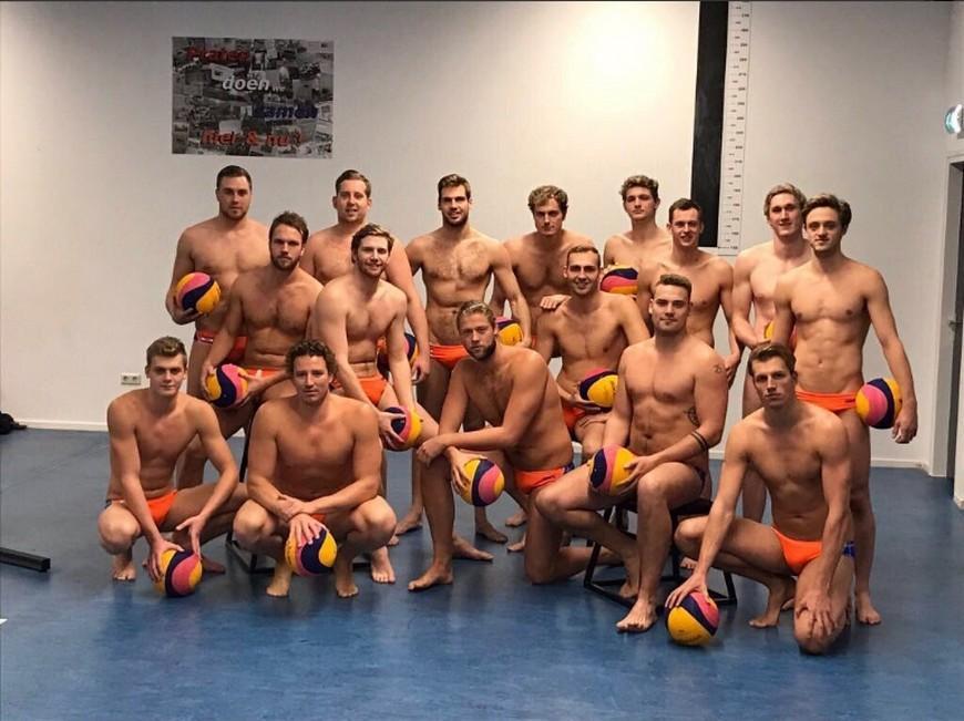 16名身材健美水球選手一字排開,吸引女粉絲關注。