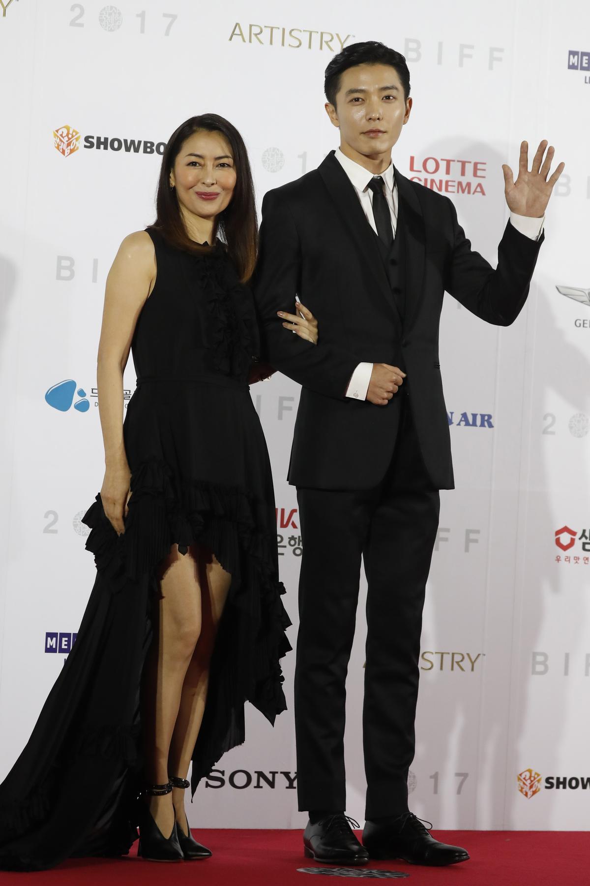 金材昱與中山美穗在電影《如蝴蝶般沉睡》飾演姐弟戀。(東方IC)