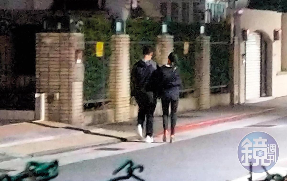 00:50 李晶晶與男友走到小巷內後便摟摟抱抱,最後兩人一起回到大直豪宅。(讀者提供)