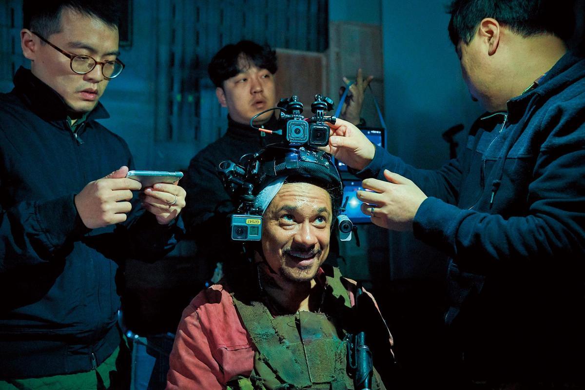 拍片現場靈活運用大量攝影器材,展現多元視角,除大型攝影機(圖1),還在演員頭頂安裝Cam Camera(圖2),甚至有監視器畫面(圖3)。(華聯國際提供)