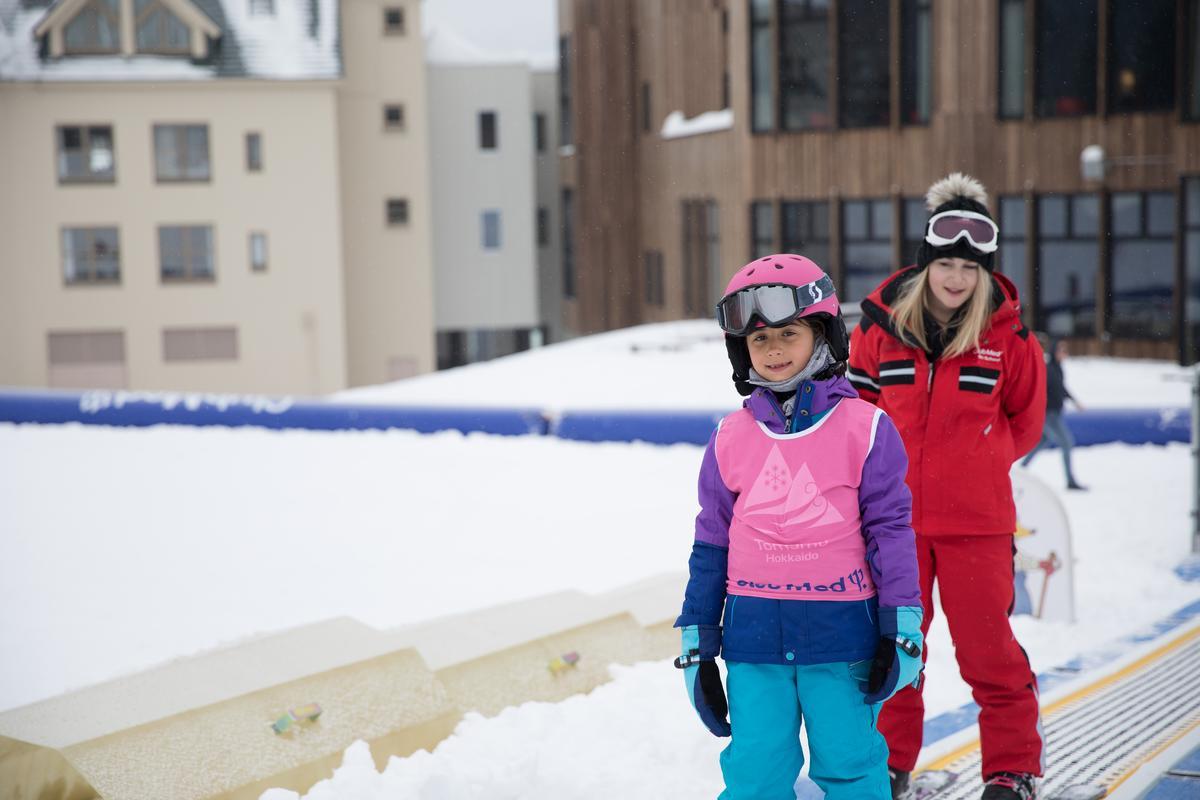 搭著運輸帶,輕鬆到達上方,享受由上往下的滑行練習。