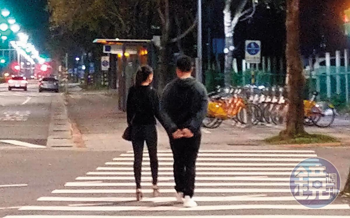 00:36 李晶晶與男友一起過馬路,男友像個長輩一樣慢慢走,李晶晶則像個小女孩般腳步輕盈愉悅。(讀者提供)