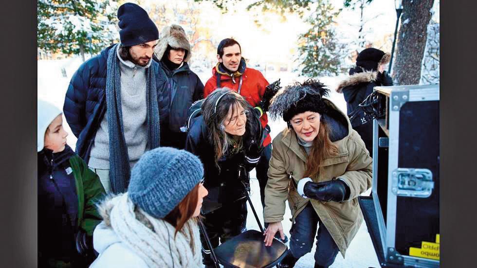 莉娜哈諾克萊恩(右一)和卡迪艾菲特(右二)合導《西西夢遊仙境》,前者負責成人的戲,後者專門執導小孩。(翻攝自kuriren.nu)