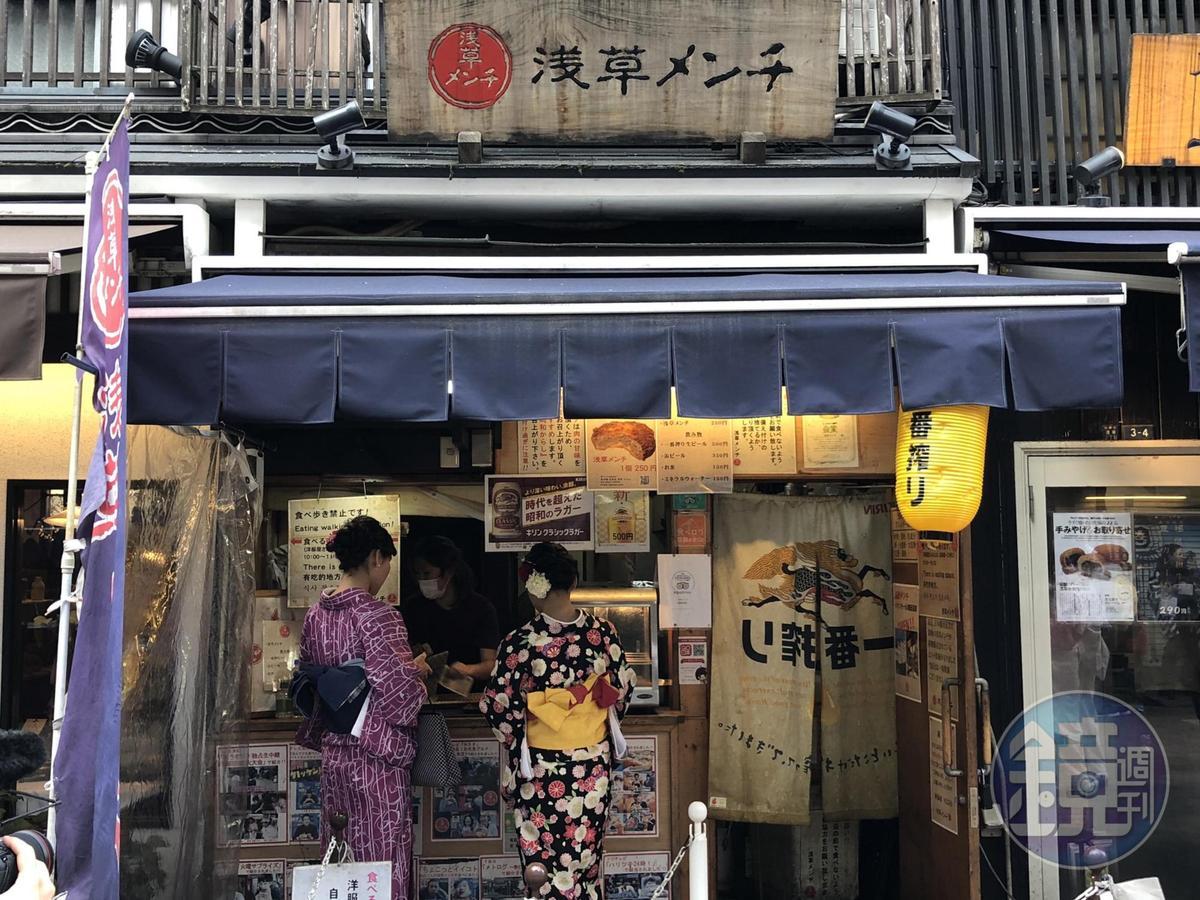 這間淺草寺的炸肉餅店經常大排長龍。