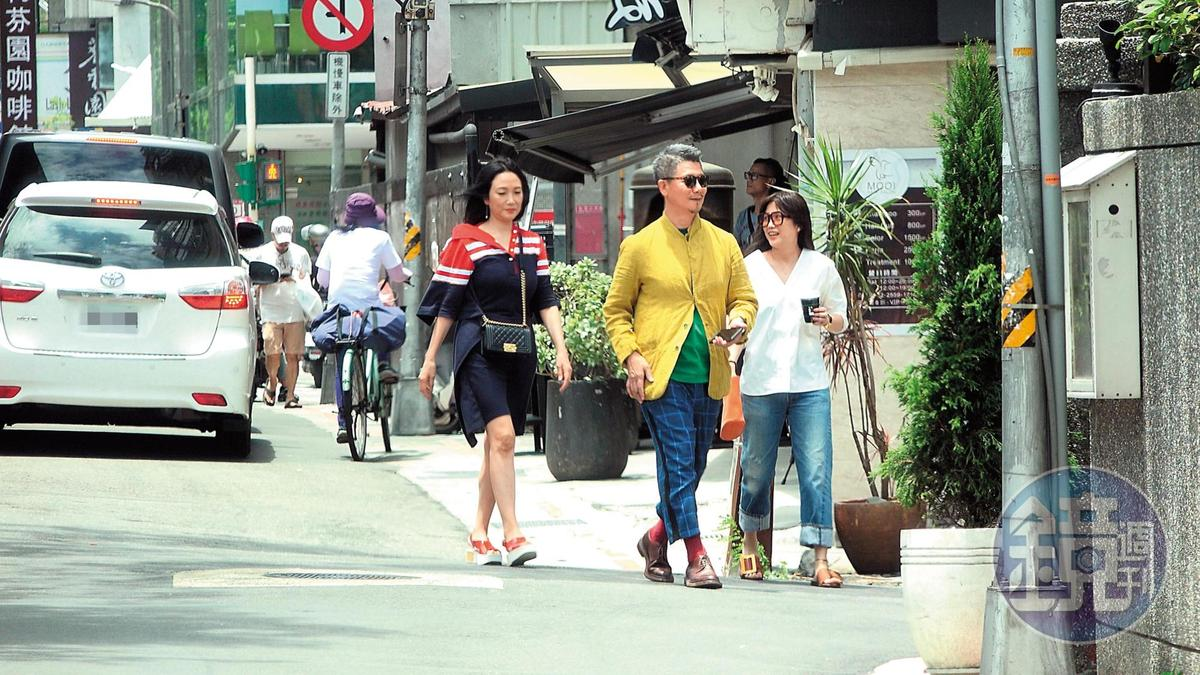 6月17日11:22柯震東的爸爸(右)與媽媽(左)是哈林的摯友,自然不會錯過哈家小公主的慶生聚會。