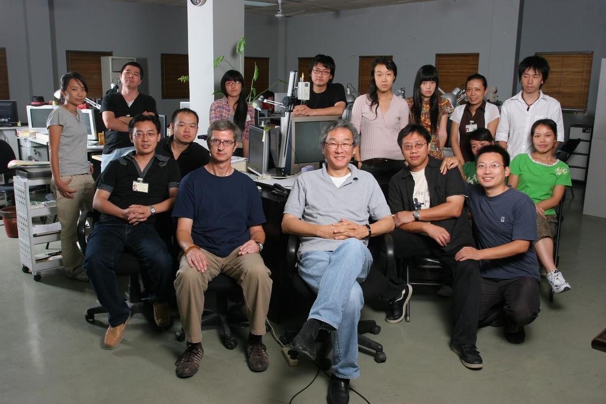 導演楊德昌(前排中)生前與張毅同樣對動畫充滿熱情,也曾與A-hha同仁交流。(A-hha Studio提供)