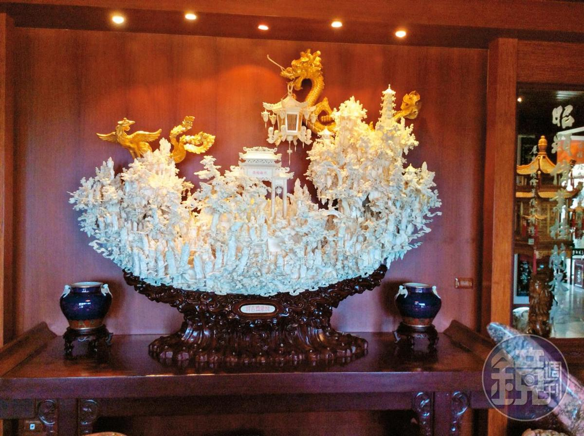 象牙雕成的天庭樓閣讓專家嘖嘖稱奇,直稱是「空前絕後」的寶貝。(讀者提供)