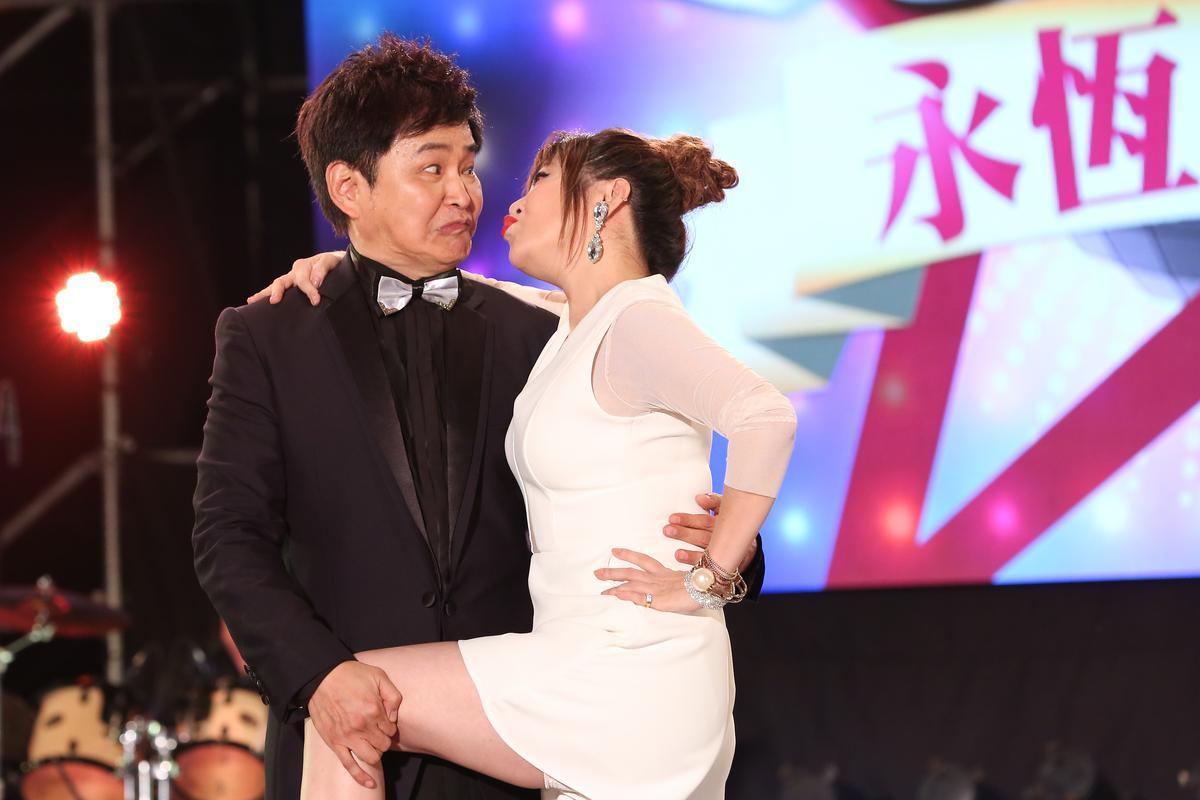 「豬哥亮ㄟ永恆歌廳秀」主持人由賀一航與王彩樺擔綱。