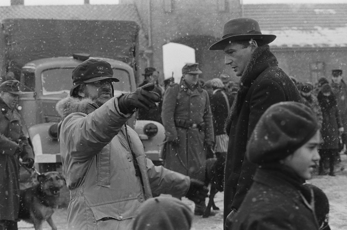為了還原納粹集中營的真相,史蒂芬史匹柏(左)拋下《侏羅紀公園》,趕赴波蘭捕捉大雪紛飛的場面。(UIP提供)