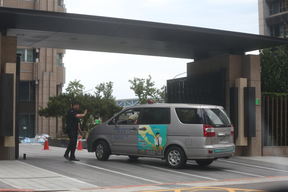 台北地檢署懷疑蔡正元可能涉及中影交易相關弊案,今(17日)早指揮檢察事務官兵分多路,前往蔡位在南港住處搜索。