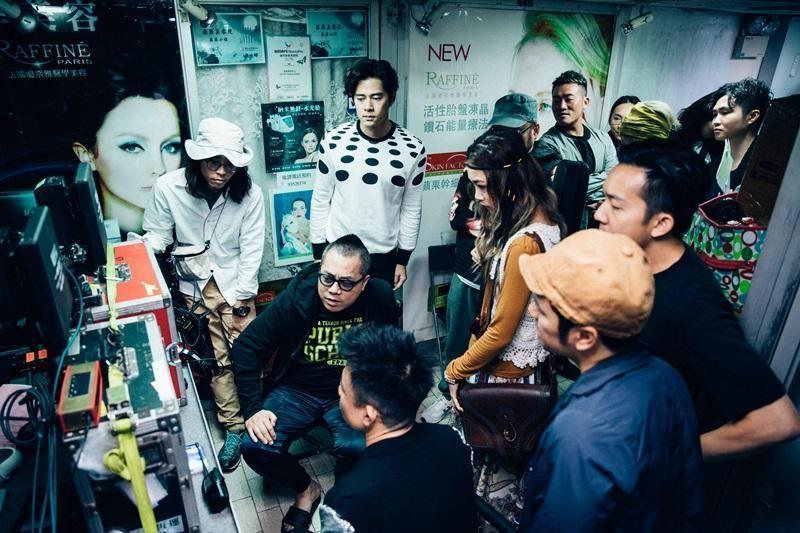 彭浩翔(左二)拍片講效率,每一場戲都會事先想好才開拍。(華映提供)