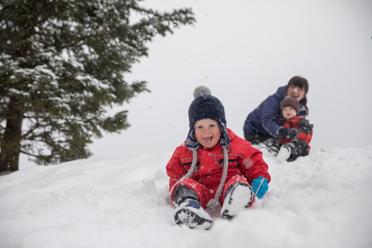 4歲以下的小朋友聚在一起,由G.O帶往雪地玩樂。