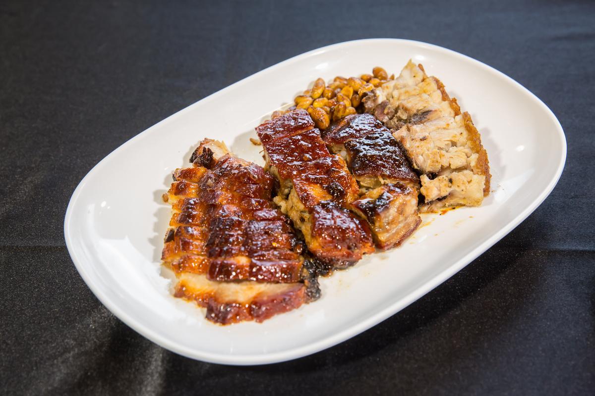 特色三拼包含叉燒、排骨和燒肉,滋味濃郁微甜。(290元)