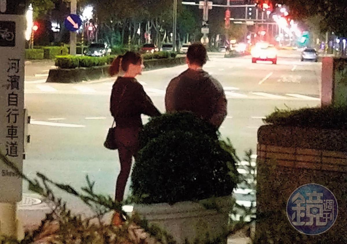 1/20 00:35 李晶晶和熟男男友在明水路散步,李晶晶不時伸手去拉男方。(讀者提供)