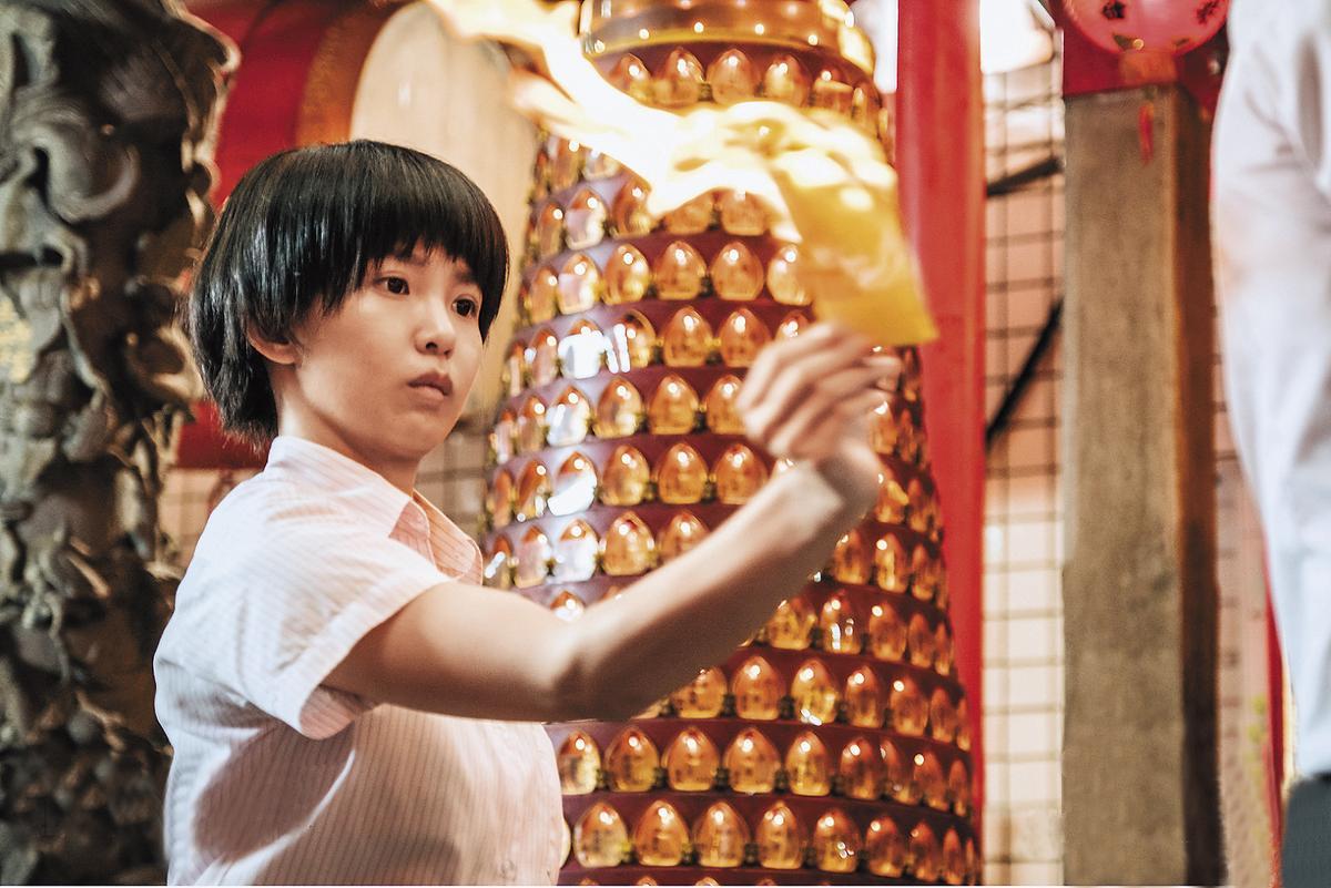 郭書瑤因《通靈少女》聲勢扶搖直上,為了詮釋好劇中角色,郭書瑤不管是起乩、耍劍、畫符等儀式都努力學習。(HBO Asia提供)