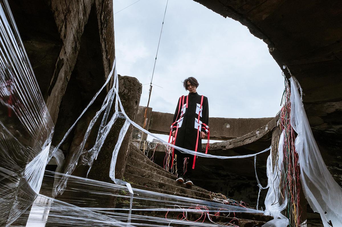 黃少谷站在沒有雕欄的高樓平台拍MV,被強風吹到腿軟。(喜歡音樂提供)
