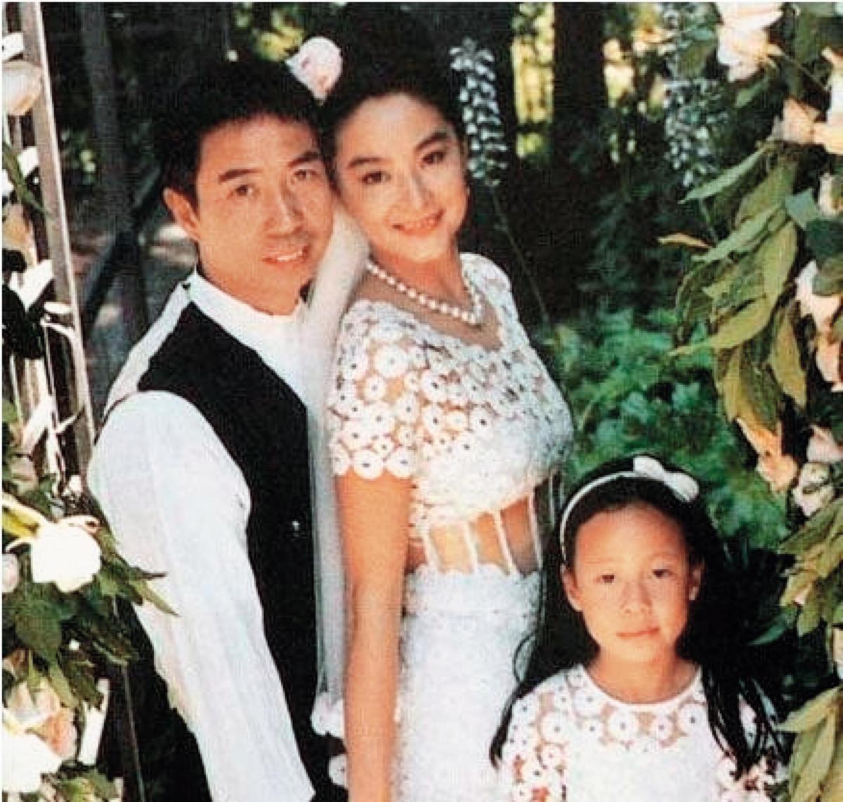 當年林青霞嫁給邢李㷧,在舊金山舉行盛大的戶外婚禮,滿園布滿了林青霞最愛的香檳玫瑰。(翻攝自《聚焦吧》)