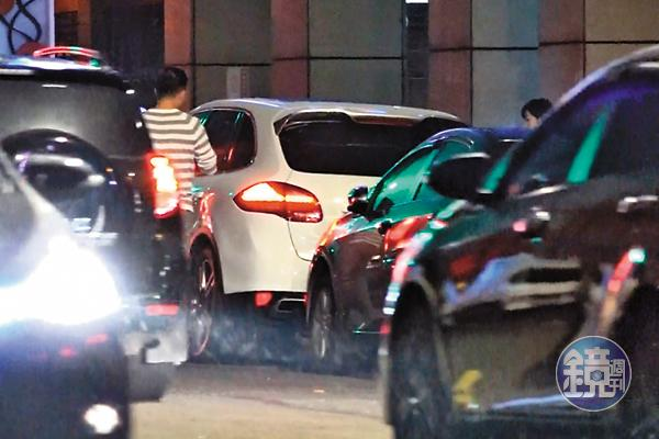 黃若薇與保時捷凱燕哥用餐完後,走路到停車格牽車。