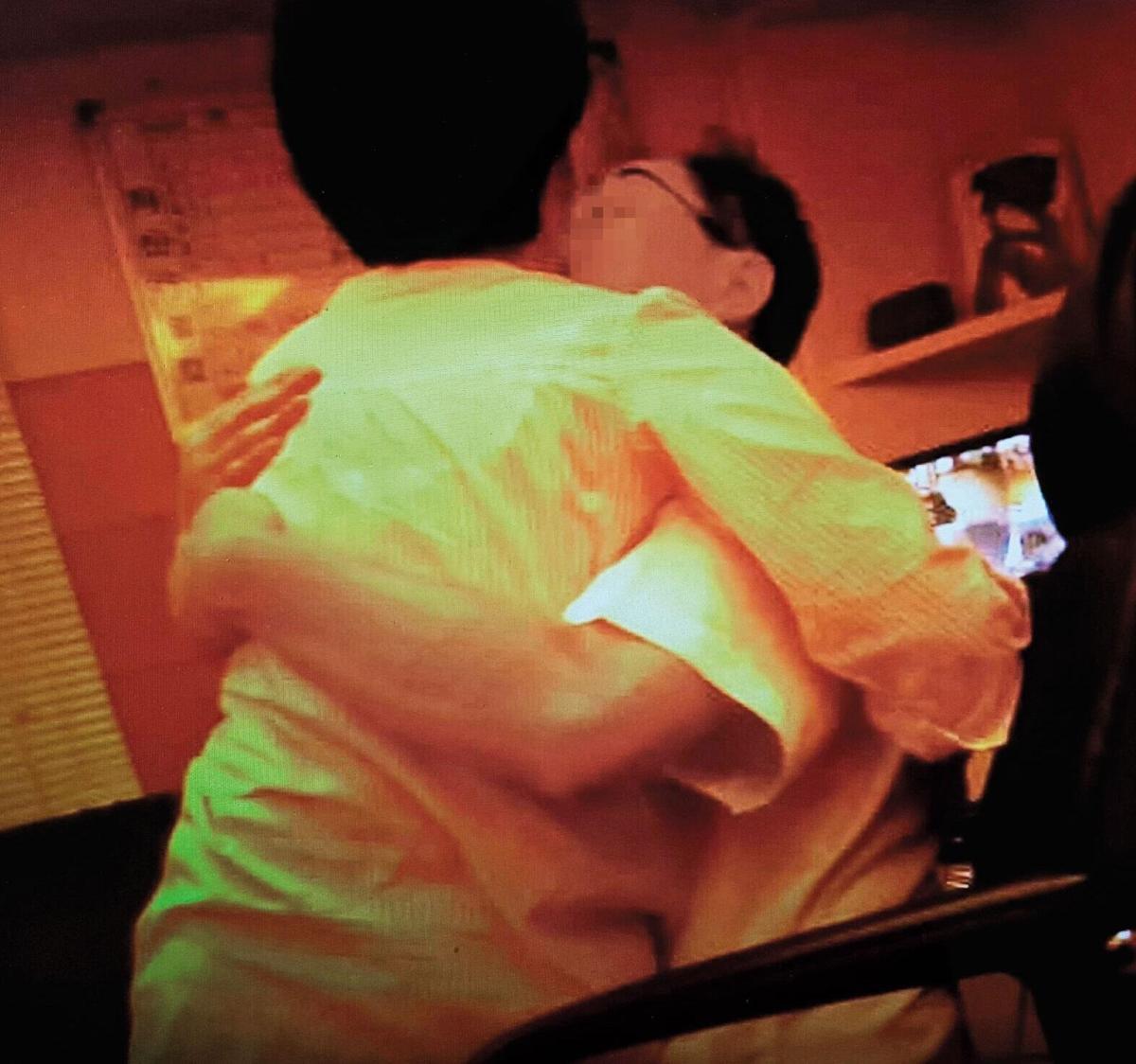 豐富與已婚的何姓女員工在診間做愛,他還偷拍自己欣賞。(讀者提供)