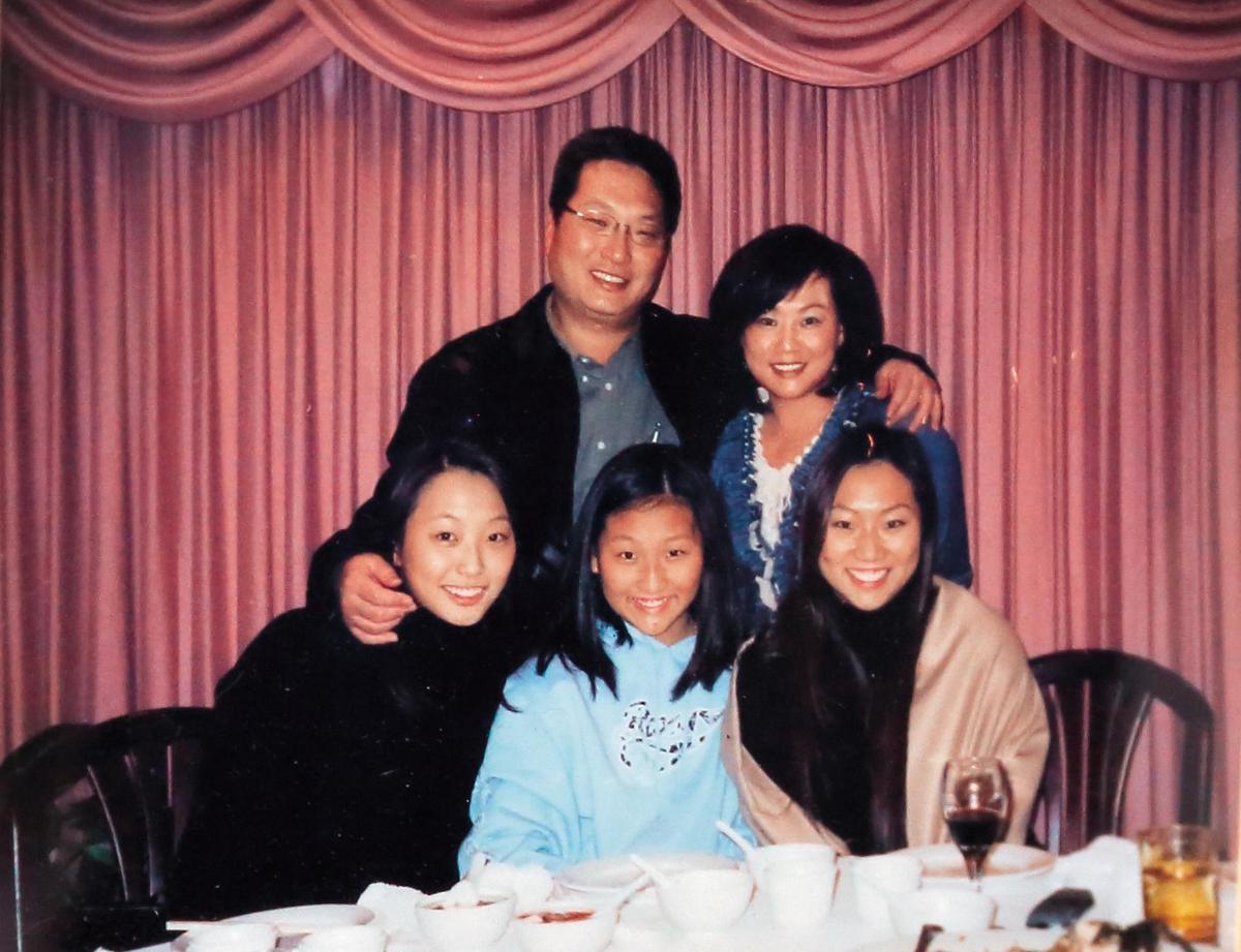 除了公文、擺設及電視外,王令麟辦公室內還有多幅家人照片。(王令麟提供)