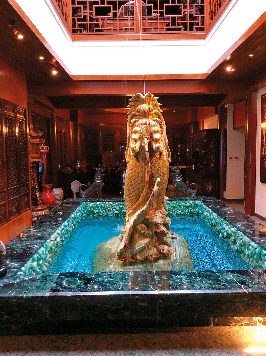 桂蓮園中央天井有座昂首金龍的噴水池,象徵家族活力源源不絕。(讀者提供)