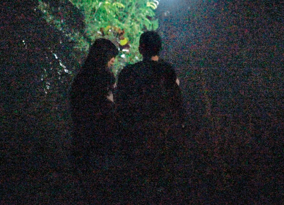 02:07 小倆口靠得很近,也不再如往常一樣遮遮掩掩,似乎不擔心被人發現,關係越來越緊密。