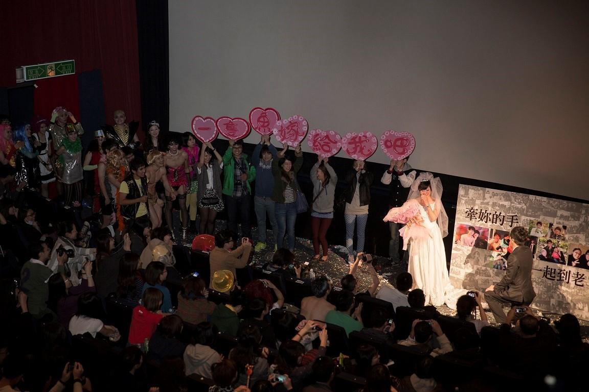 金馬奇幻影展《洛基恐怖秀》放映後上演驚喜求婚橋段。(金馬執委會提供)