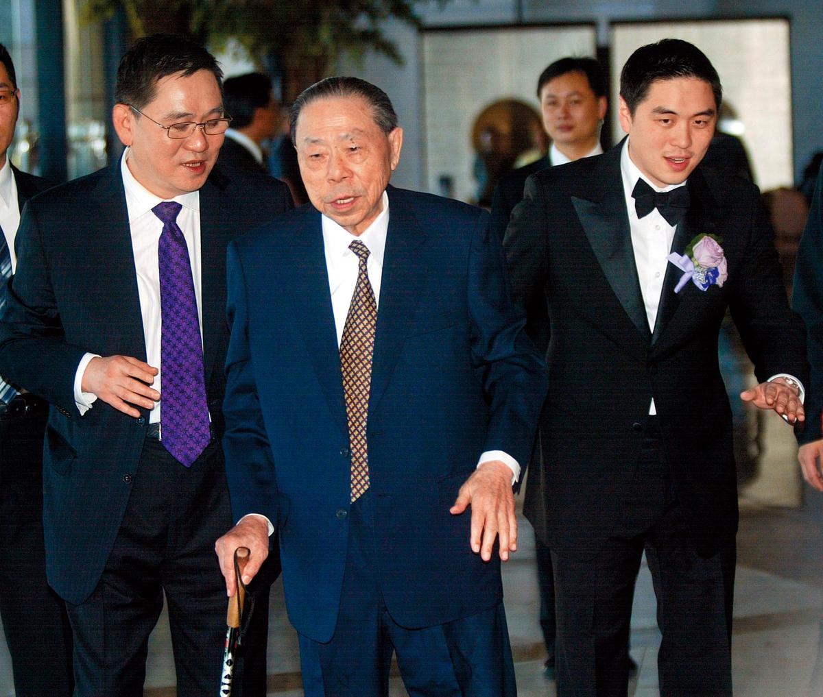 王泉仁(右)當初跟李晶晶的「世紀婚禮」盛大,連王永在(中)都到場祝賀,他已於2014年逝世。(東方IC)