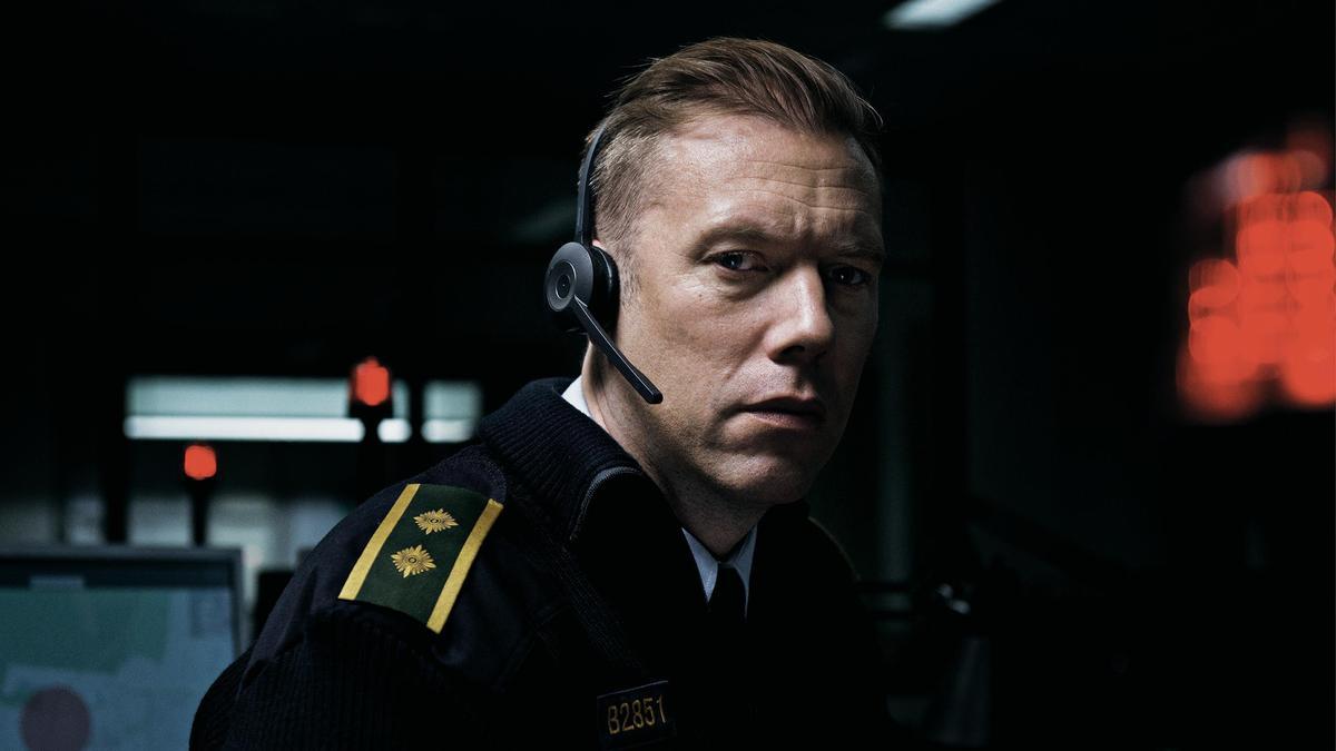 丹麥影帝雅各賽德倫飾演的警官接到報案求救電話,在一通通電話間,他發覺了蛛絲馬跡,顯示面對的並非單純綁架案。(鏡象提供)