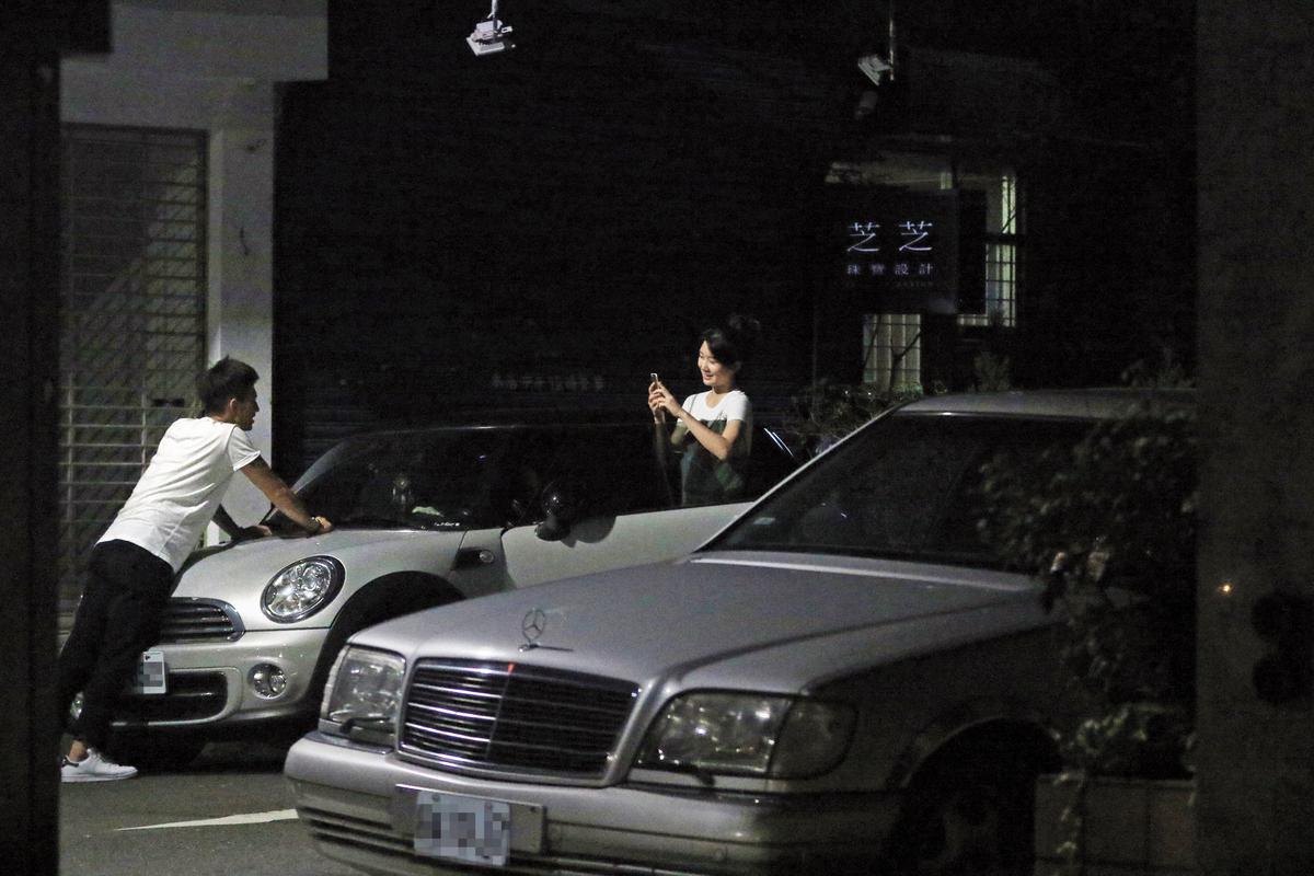 取車時,女友看簡宏霖喝醉萌樣,忍不住擺拍。