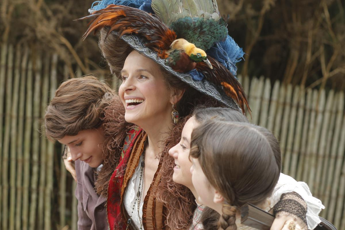 法國女星茱麗葉畢諾許在《魔愛食人灣》不惜自毀形象,詮釋幾乎是完全走鐘的貴族角色。(前景娛樂提供)