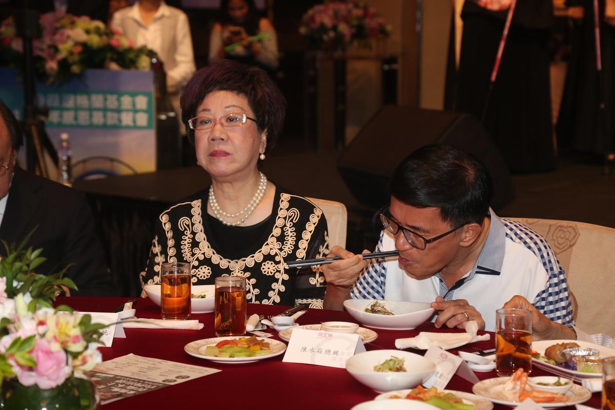 陳水扁與前副總統呂秀蓮比鄰而坐。