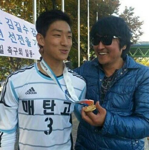 宋康昊的兒子宋俊平(左)長相酷似Rain,目前是職業足球員。(翻攝自Daum網站)