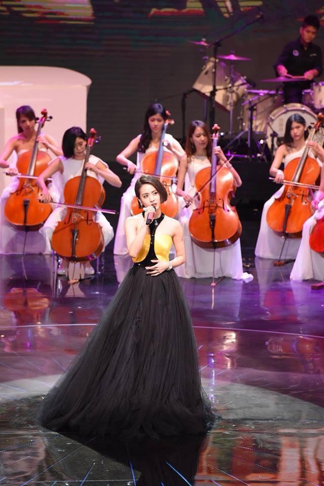 蔡依林在第54屆金馬獎頒獎典禮所穿的禮服,氣勢極強,可惜了〈甜蜜蜜〉唱走音,否則一如她的歌詞「完美百分百」。(摘自蔡依林粉絲臉書)