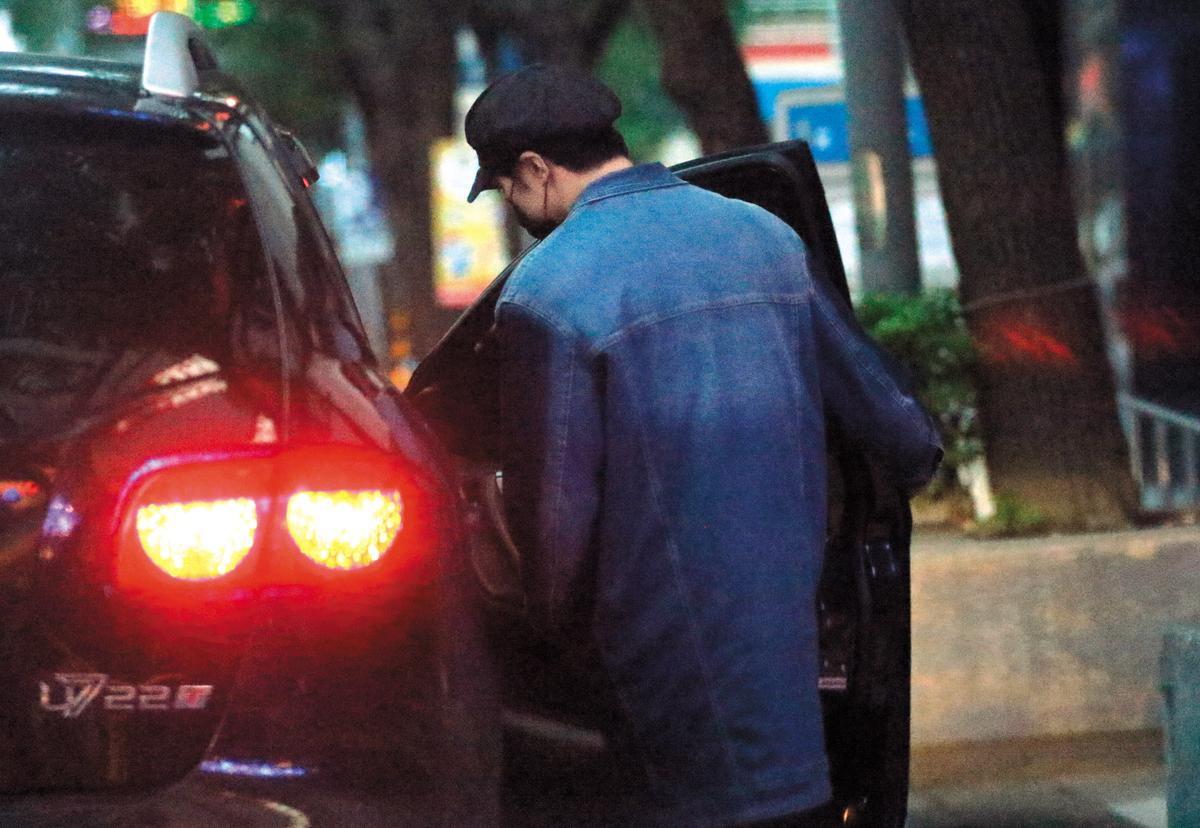 11月24日 06:29 不愧是資深男偶像,賀軍翔續攤前,很怕行跡敗露,東看西看後才安心上車。