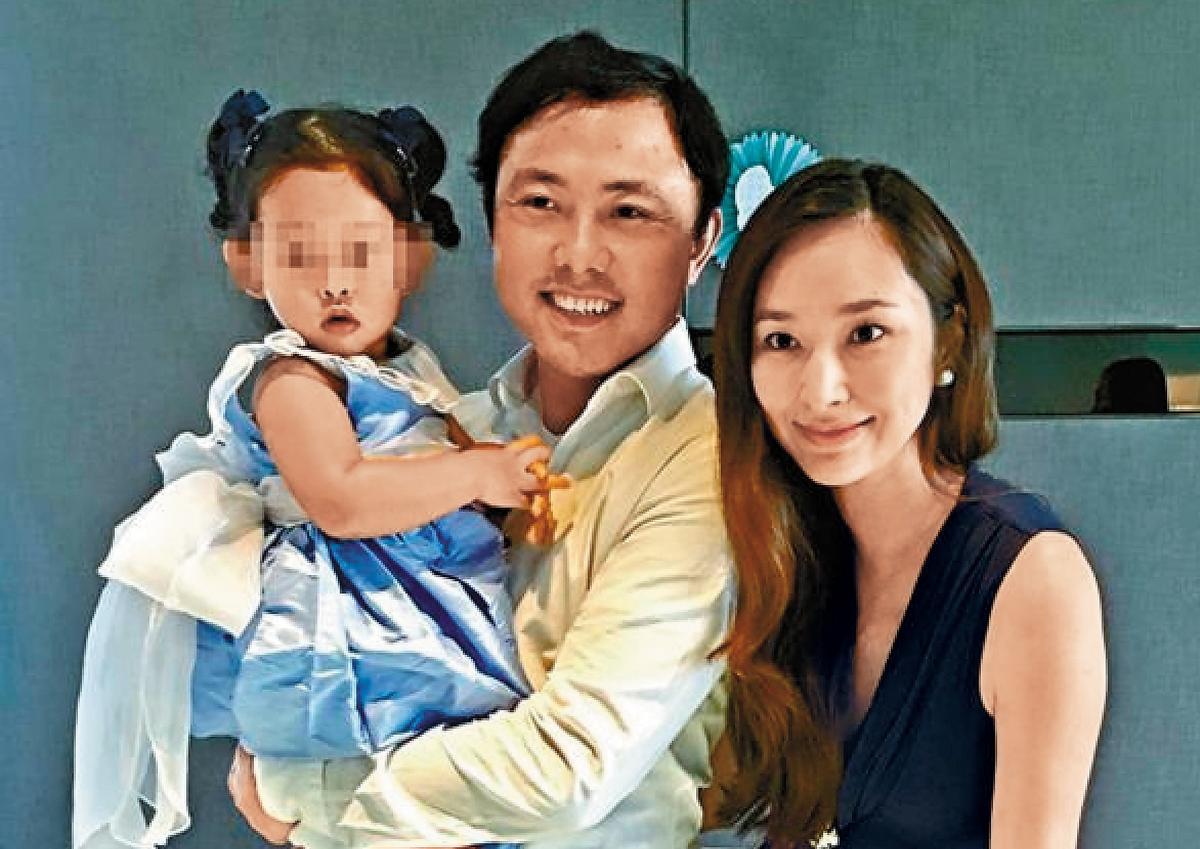 2016年2月吳佩慈為二胎兒子辦百日宴,還與「未婚夫」、大女兒小蕊蕊一家三口開心合照。(翻攝自吳佩慈臉書)