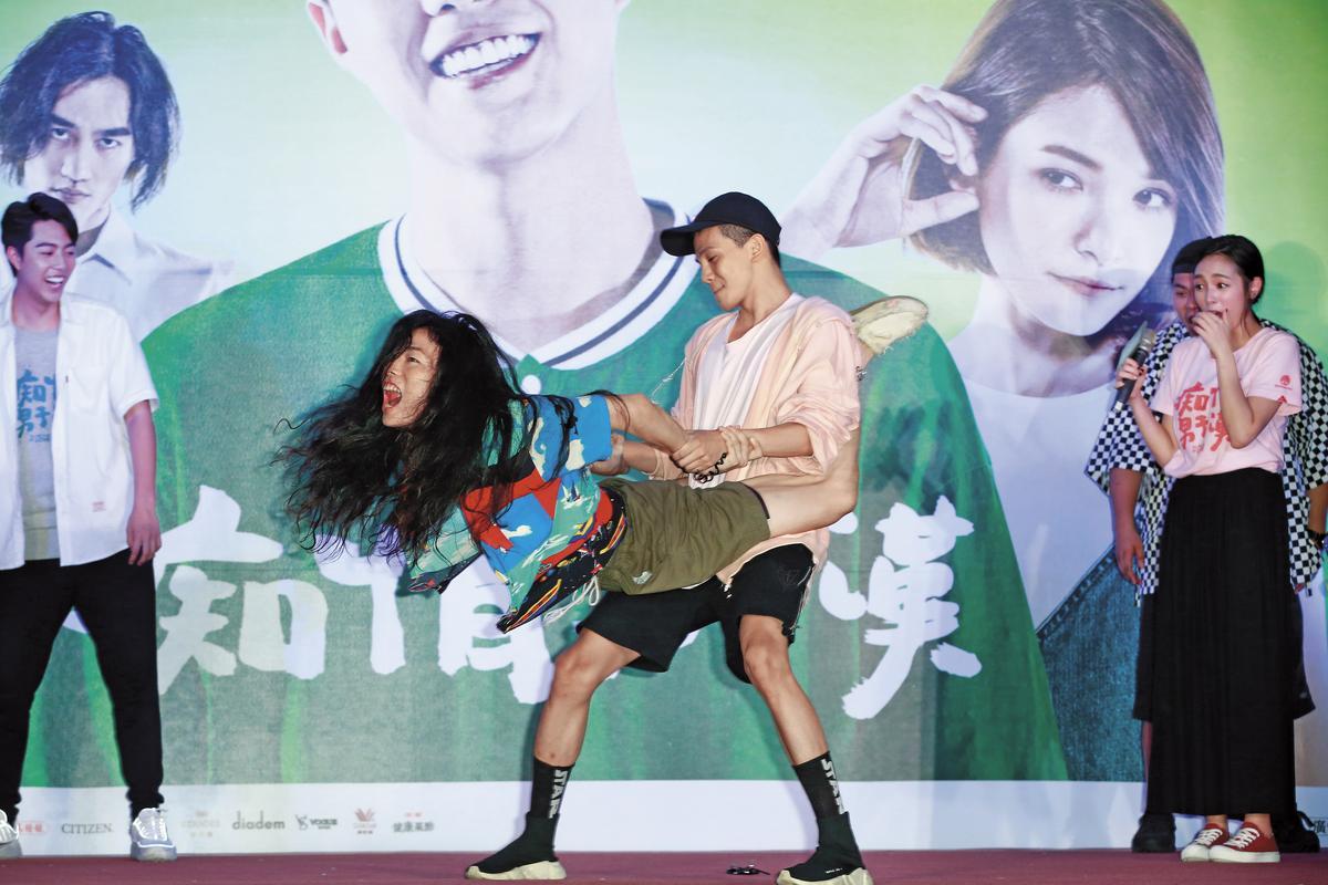 宋芸樺驚喜出現在《痴情男子漢》台北告白簽名會台上,反骨男孩上演了一段「火車便當」體位。