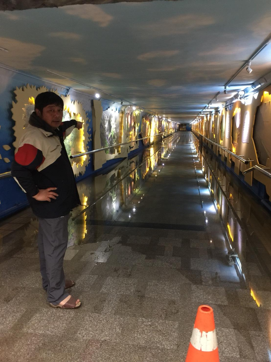 花蓮站前站通往後站地下道因水管破裂淹水。