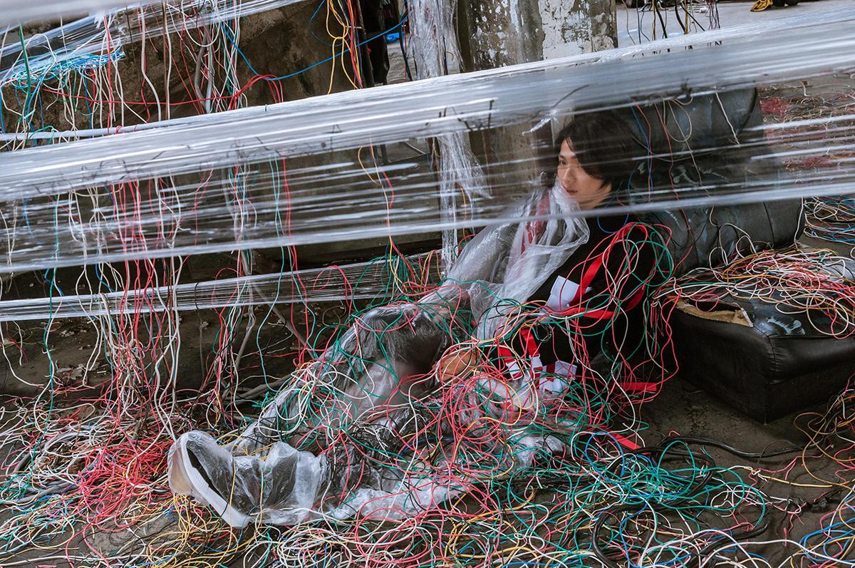 黃少谷的〈將來〉MV用大量保鮮膜及電線打造末日氛圍。(喜好音樂供給)