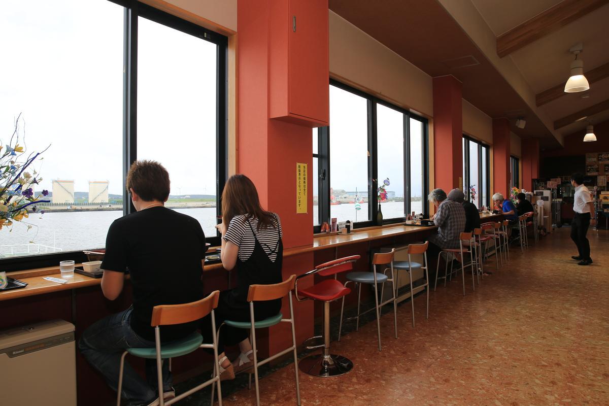 也有不少年輕人為了對著海景用餐而來。