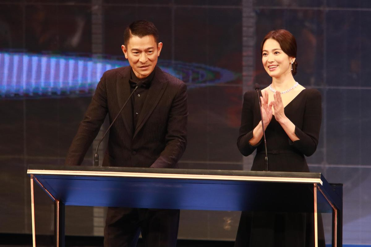 劉德華與宋慧喬搭檔頒發最佳影片獎項。(IC PHOTO)