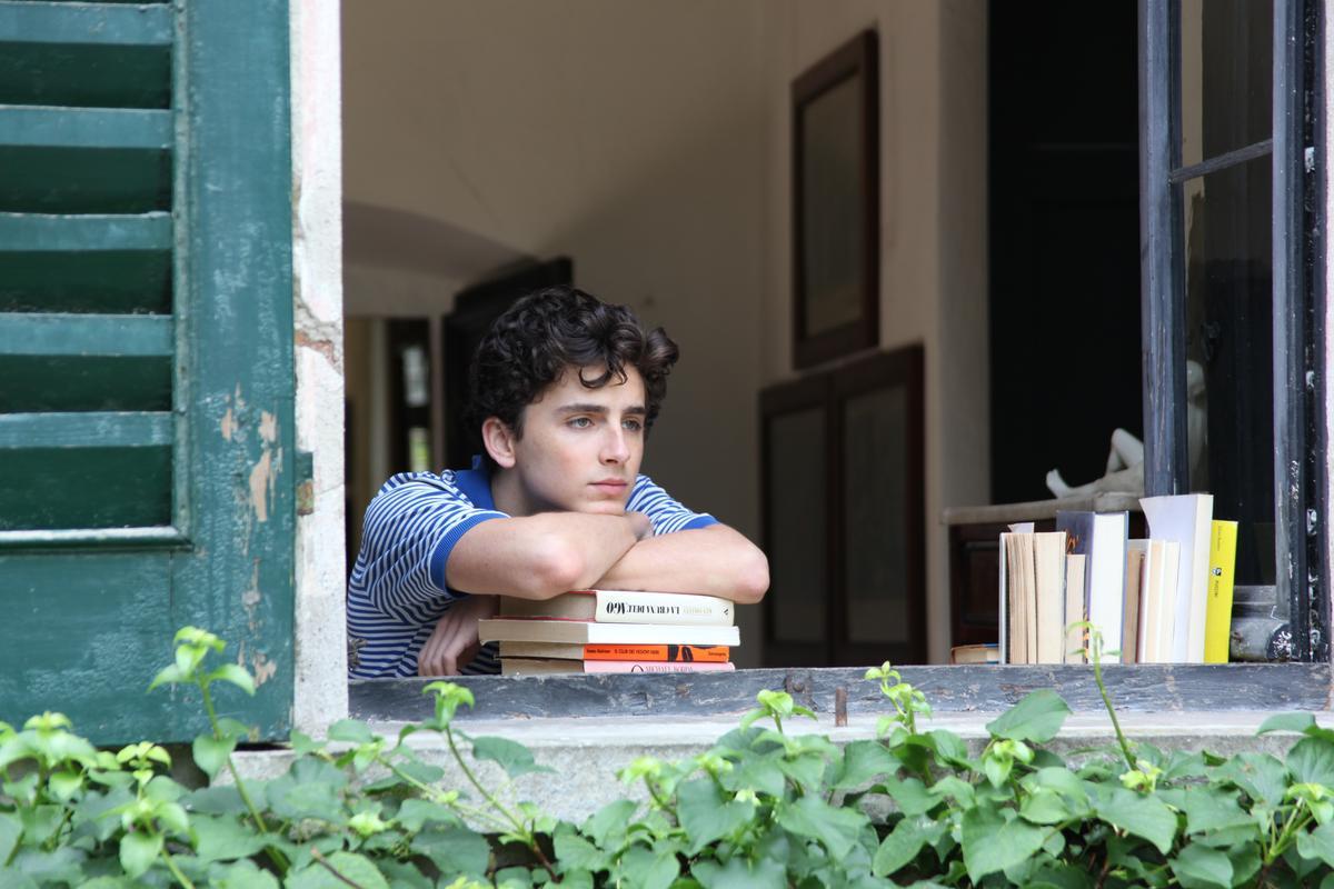 以本片入圍金球獎最佳男主角的堤摩西柴勒梅德,完美詮釋青少年面對初戀、慾望與自我探索間難以形容的情緒,為愛情義無反顧的勇敢。(索尼影業提供)