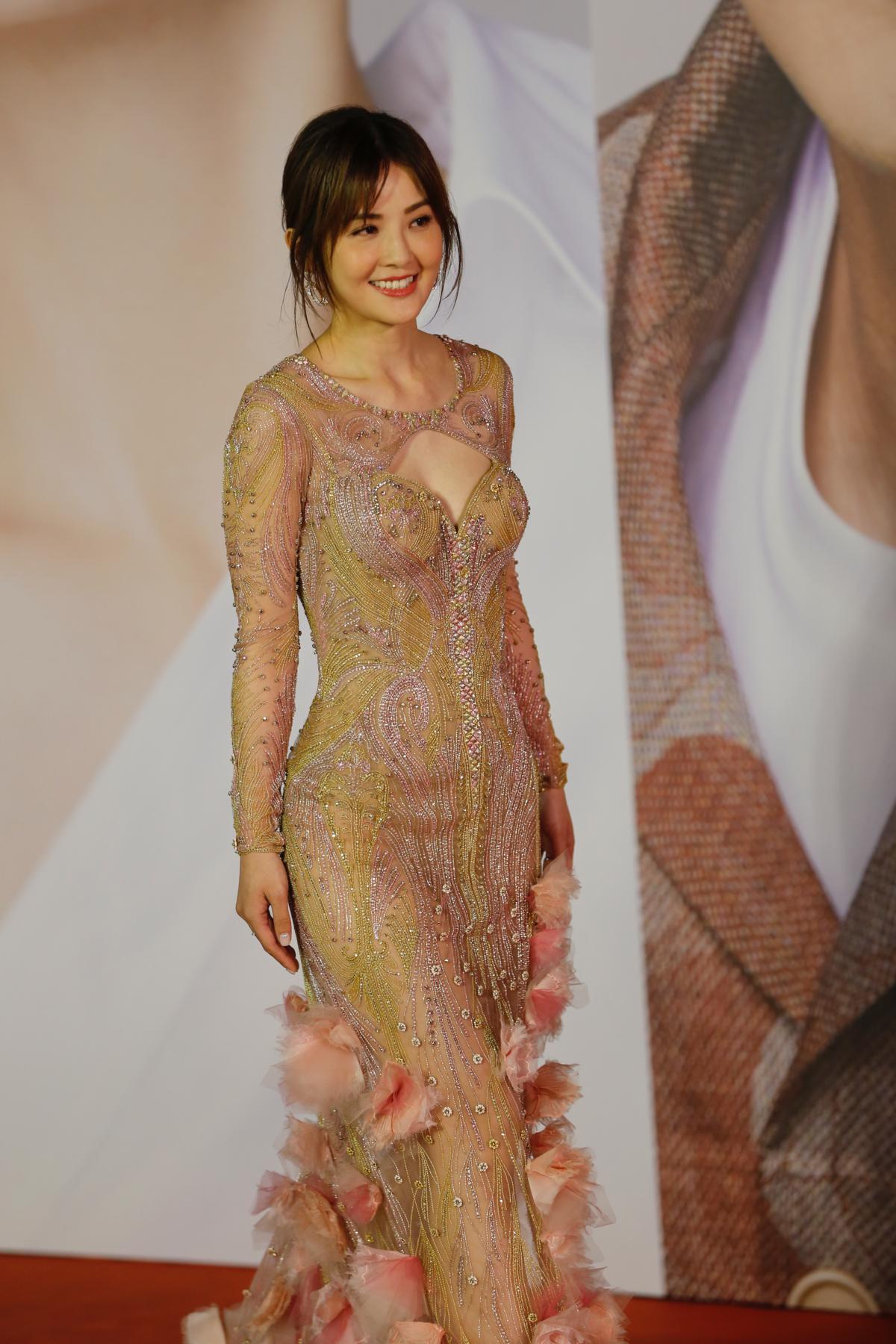 蔡卓妍這一身裸粉色長裙性感又成熟,也驚現以往幾乎不曾出現過的事業線,且獲得典禮最佳衣著獎。(IC PHOTO)
