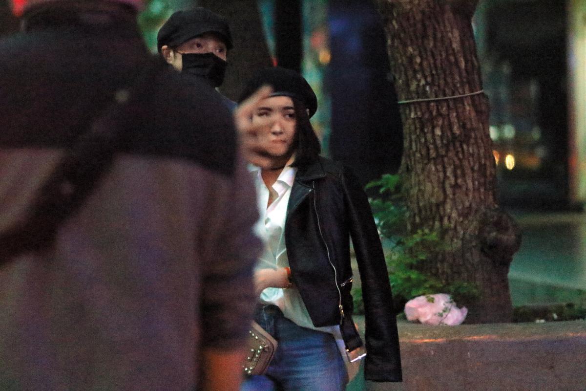 11月24日 06:28 賀軍翔(右)名副其實在上演「爸爸去哪兒」,徹夜不回家,跟辣妹在街上勾搭。