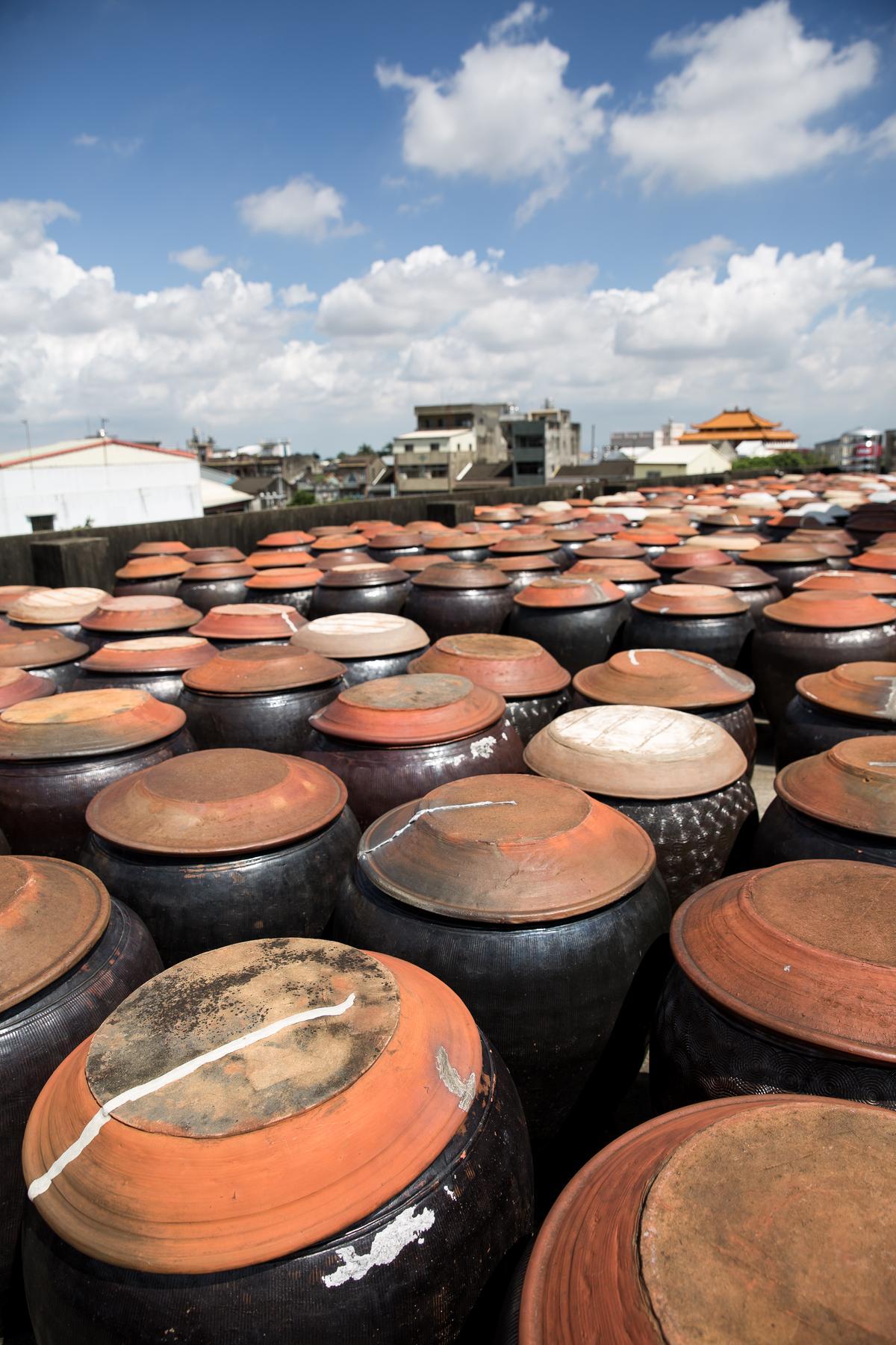 西螺的丸莊觀光工廠裡,至今仍擺放著上千個釀醬油的陶甕,相當壯觀。