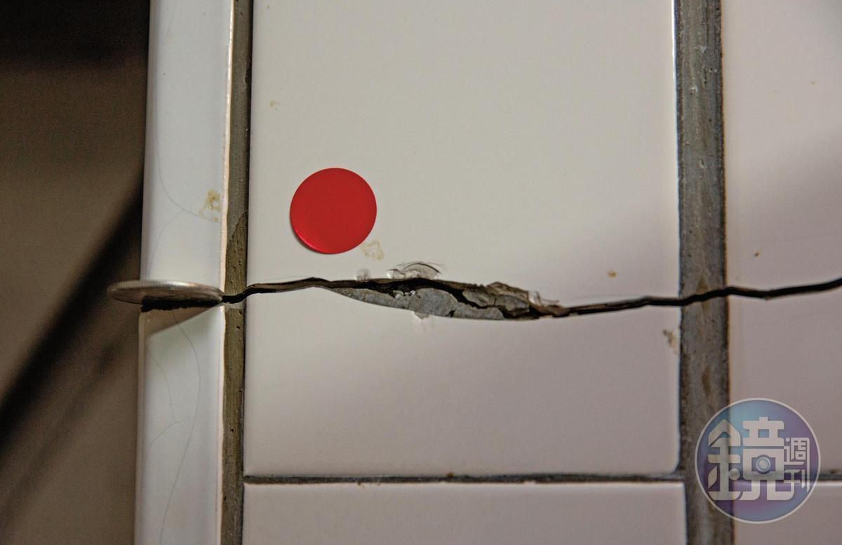 鍾先生住家磁磚龜裂縫隙越來越擴大,1個10元硬幣都可以輕鬆塞入。